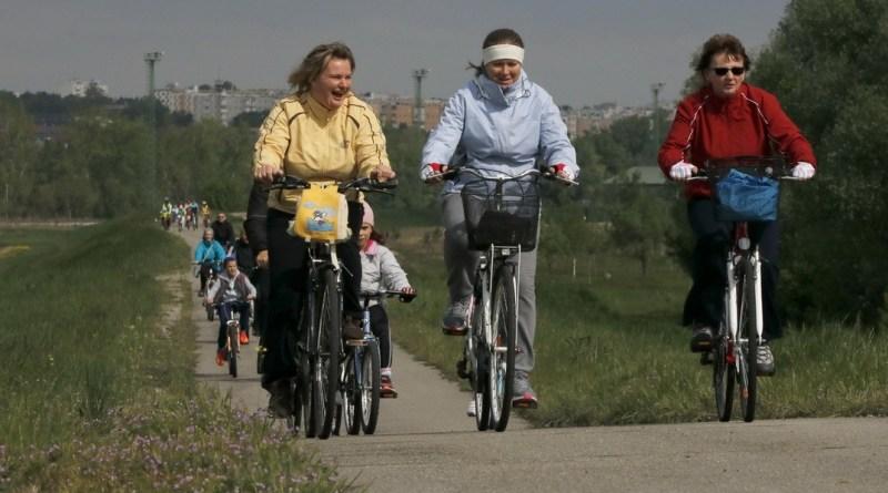 Közel nyolcszázan vettek részt a kerékpáros próbán, a Fuss, ússz, kerékpározz a gyermekedért! program 2017-es sorozatában. Fotó: Molnár Gyula/Paksi Hírnök
