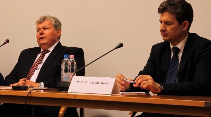 Süli János miniszter (b) és dr. Aszódi Attila államtitkár (j). Fotó: Vida Tünde/Paksi Hírnök archív