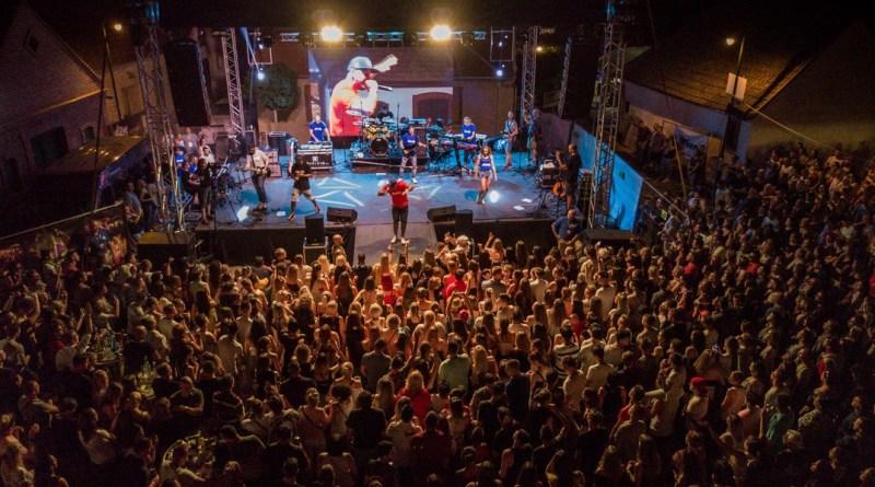 Többezres közönség a hétvégi fesztiválon. Fotó: Babai István
