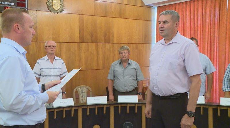 Bana János leteszi alpolgármesteri esküjét. Fotó: TelePaks