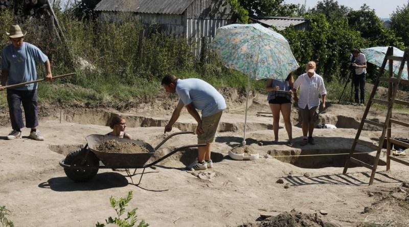 A Paksi Városi Múzeum ásatása az egykori római temetőben Dunakömlődön. Fotó: Molnár Gyula/Paksi Hírnök
