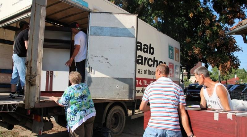 Bútorokat is küldtek a nélkülöző családoknak. Fotó: Vida Tünde