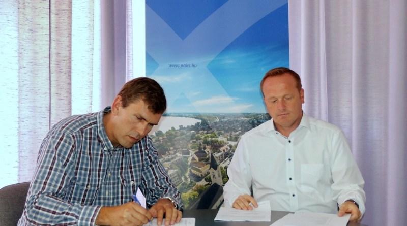 A kivitelezési szerződést Szabó Péter alpolgármester (j) és Németh Szilárd a Kétutas Kft. ügyvezetője (b) írta alá. Fotó: Molnár Gyula/Paksi Hírnök