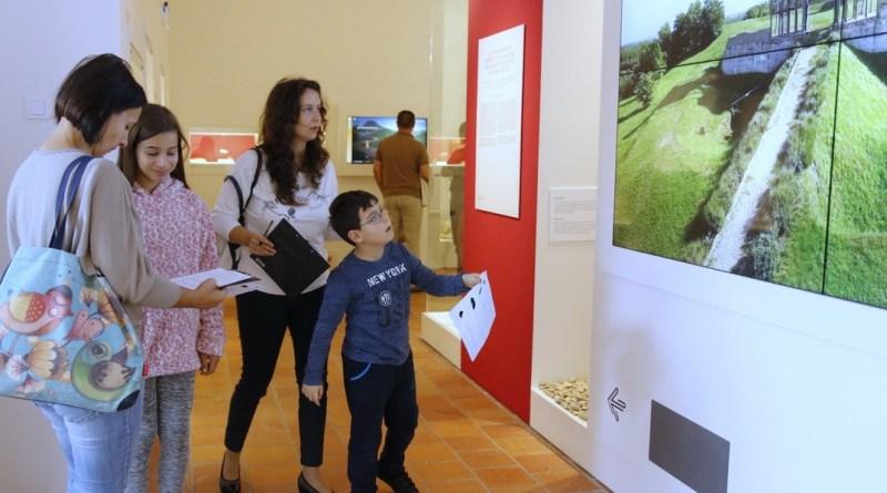 Egy esztendővel ezelőtt nyitották meg a Paksi Metszet kiállítást. Fotó: Molnár Gyula/Paksi Hírnök