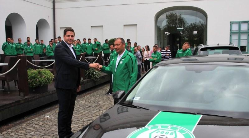 Harmincöt autót kapott a Paksi FC. Fotó: Vida Tünde