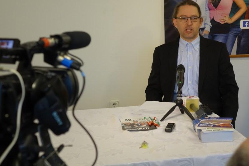 Bencze János a Jobbik paksi irodájában tartott tájékoztatón. Fotó: Vida Tünde