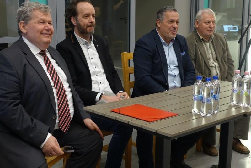 Süli János az őt jelölő pártok képviselőivel. Fotó: Vida Tünde