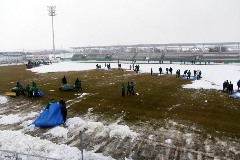 A klub sportolói, dolgozói és a szurkolók is hólapátot ragadtak. Fotó: Molnár Gyula/Paksi Hírnök