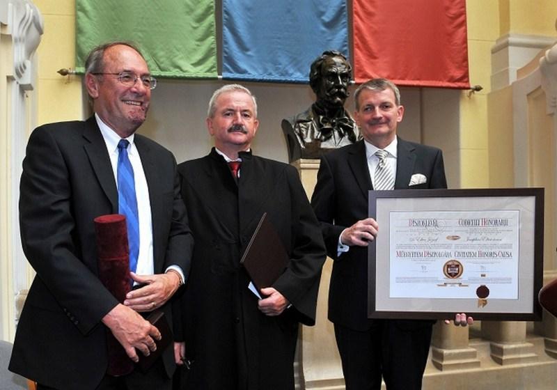 Elter József a szenátusi ülésen vette át kitüntetését. Fotó: BME