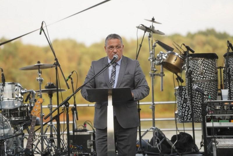 Kovács Sándor alpolgármester köszöntőt mond az új rendezvényhajó avatóünnepségén. Fotó: Babai István/Paksi Polgármesteri Hivatal