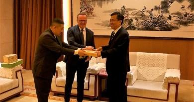 Szabó Péter kínai vendéglátóival. Fotó: magánarchívum
