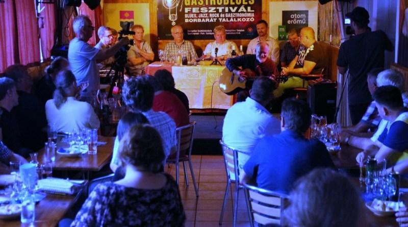 Tájékoztató az idei gastroblues fesztiválról. Fotó: Molnár Gyula/Paksi Hírnök