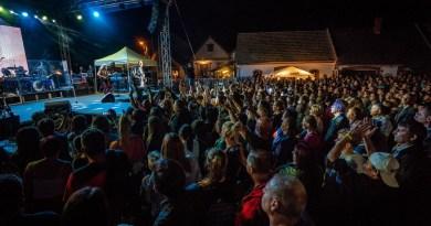 Fergeteges koncertet adott a Sárgödör téren az EDDA. Fotó: Babai István