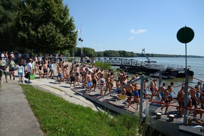 Komppal vitték át az úszás résztvevőit a túlpartra, onnan rajtoltak. Fotó: Szaffenauer Ferenc /Paksi Hírnök