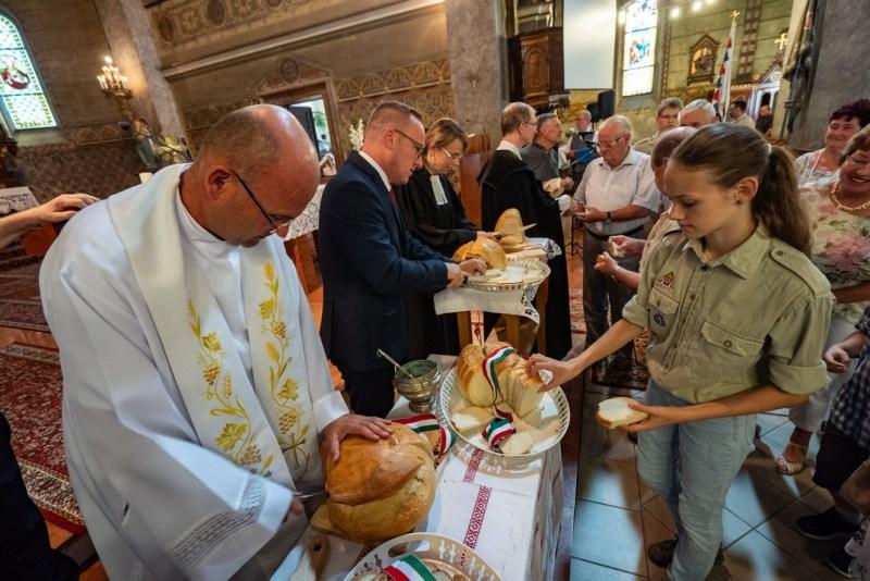 Az augusztus 20-i városi ünnepségen megszentelték az új kenyeret. Fotó: Babai István/Paksi Polgármesteri Hivatal