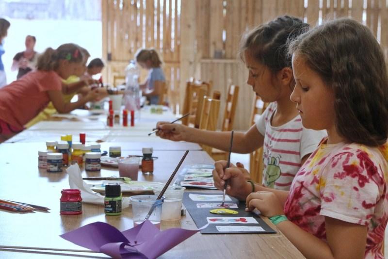 A táborok helyszíne a Cseresznyés Pajta volt, ahol többek között kézműves foglalkozásokat tartottak a gyerekeknek. Fotó: Molnár Gyula/Paksi Hírnök