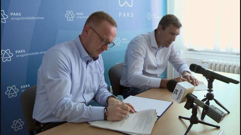 Szabó Péter, Paks polgármestere (b.) és Németh Szilárd, a Kétutas Kft. ügyvezetője (j.) aláírják a kivitelezésről szóló szerződést. Fotó: TelePaks