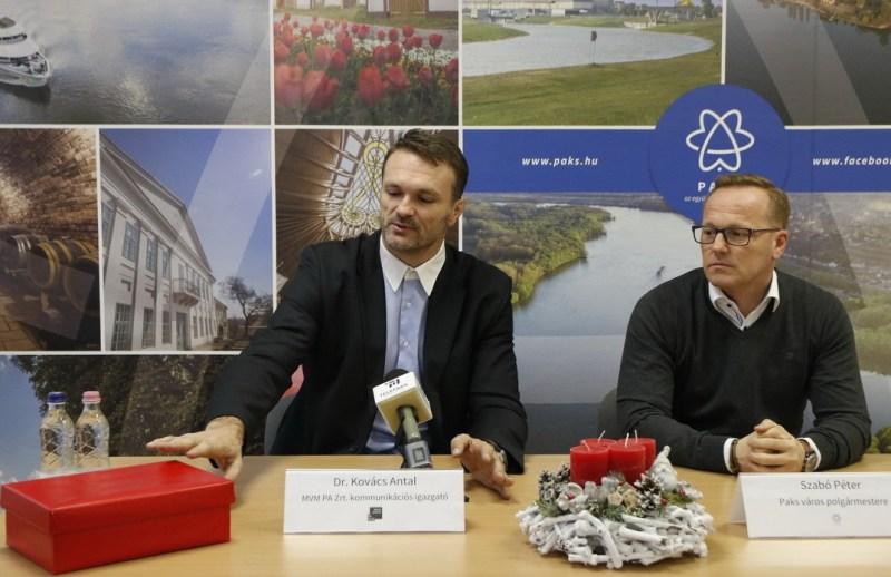 Dr. Kovács Antal, az MVM Paksi Atomerőmű Zrt. kommunikációs igazgatója (b.) és Szabó Péter, Paks polgármestere (j.) tájékoztatnak a karácsonyi jótékonysági akcióról. Fotó: Molnár Gyula/Paksi Hírnök