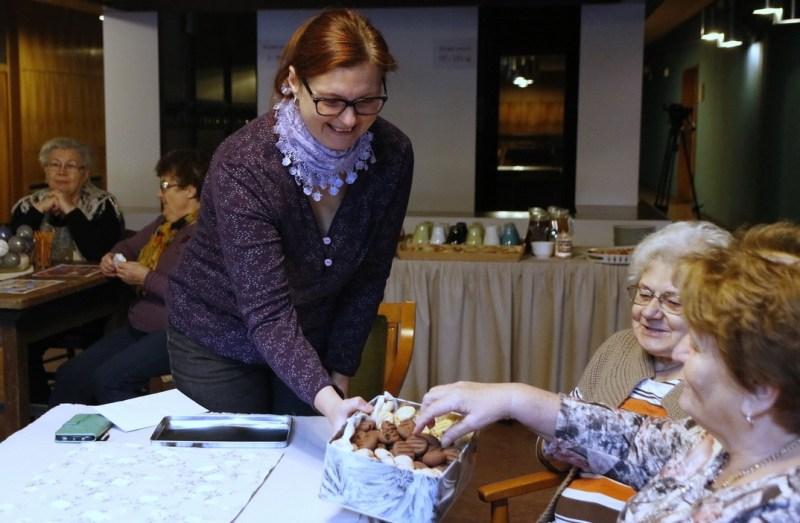 Körösztösné Tóth Bernadett kínálja a család által sütött süteményt. Fotó: Molnár Gyula/Paksi Hírnök