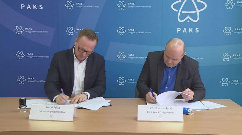 Szabó Péter, Paks polgármestere és Sebestyén Roland, a Real-Rent Kft. ügyvezetője a szerződéskötésen. Fotó: TelePaks