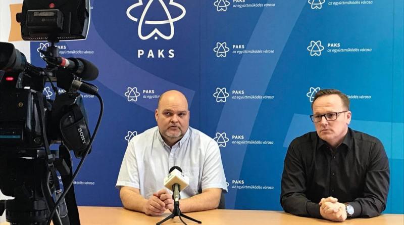 Bordács József képviselő (b.) és Szabó Péter polgármester (j.) a sajtótájékoztatón. Fotó: TelePaks