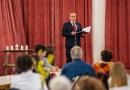 Szabó Péter, Paks polgármestere ünnepi beszédet mond Dunakömlődön a Faluházban tartott megemlékezésen. Fotó: Babai István