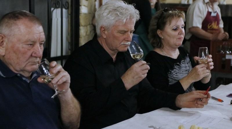 A borok színét, tisztaságát, illatát, zamatát és az összhatást is értékelték a borversenyen. Fotó: Molnár Gyula/Paksi Hírnök