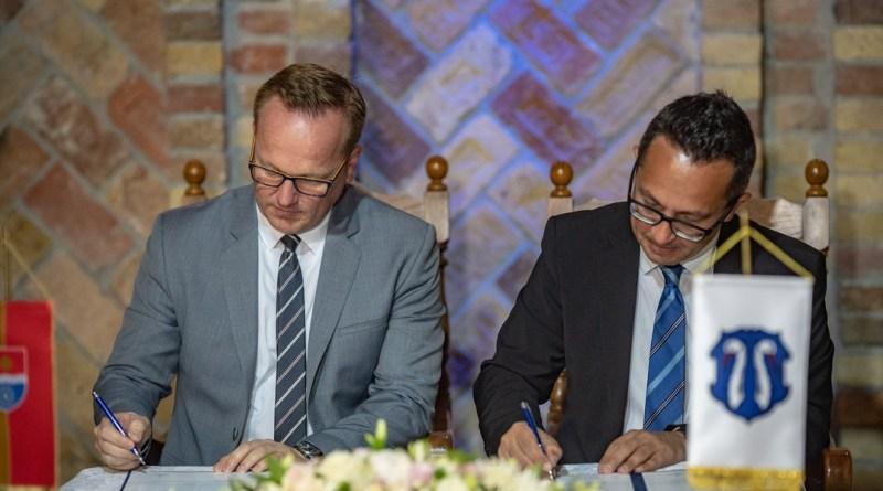 Szabó Péter, Paks polgármestere (b.) és Michael Franken, Reichertshofen polgármestere (j.) aláírják a testvérvárosi szerződés. Fotó: Babai István/Paksi Polgármesteri Hivatal