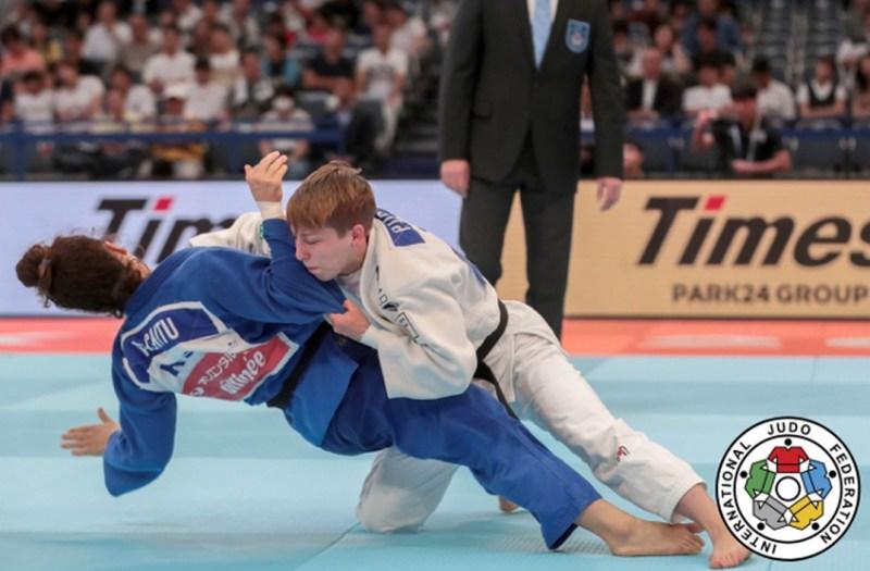 Pupp Réka (fehérben) a románok klasszisát verte az első mérkőzésén. Fotó: judoinfo.hu