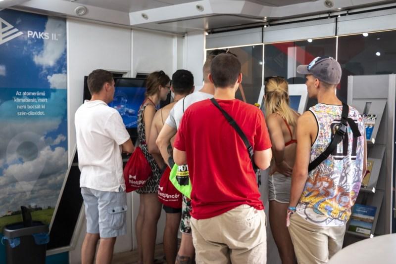 A kamionon interaktív eszközök várják a látogatókat. Fotó: Paks II. Zrt.