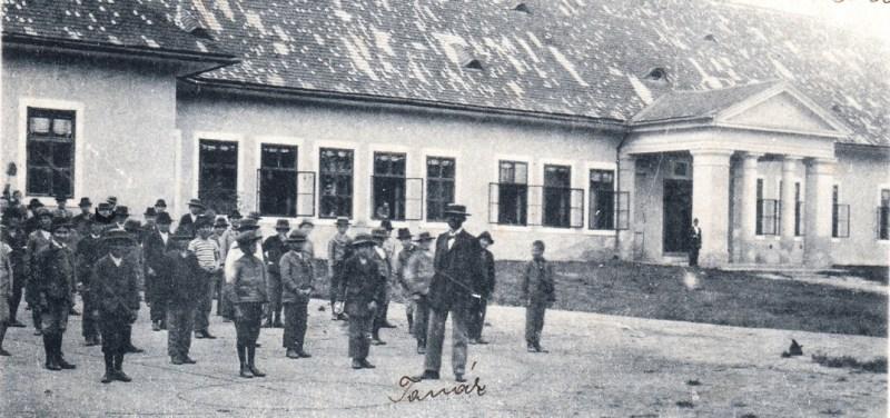 Tornaóra a polgári fiúiskola udvarán - 1899. Forrás: magánarchívum