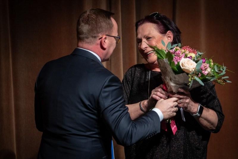 Mádi Magdolna átveszi a Paks Kultúrájáért díjat Szabó Péter polgármestertől. Fotó: Babai István/Paksi Polgármesteri Hivatal