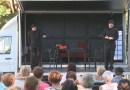 Színházi előadás a Csengey parkolóban