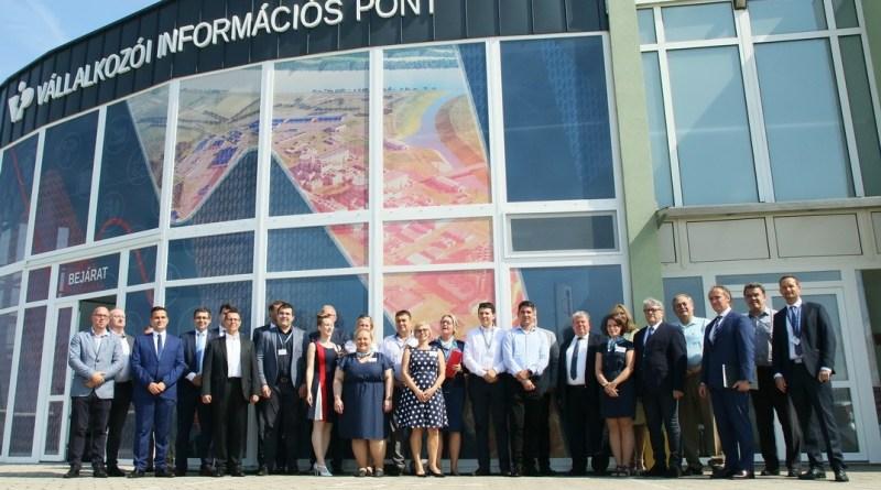 A megnyitó résztvevői. Fotó: Molnár Gyula/Paksi Hírnök