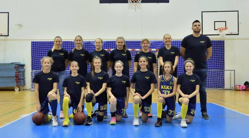 Feil Nikolett (hátsó sor bal szélen) lett az Év edzője. Fotó: magánarchívum