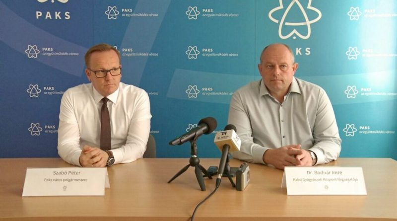Szabó Péter, Paks polgármestere (b.) és dr. Bodnár Imre, a Paksi Gyógyászati Központ főigazgatója (j.). Fotó: TelePaks