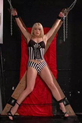 Elisa superbe blonde sexy mains liées attend son maitre dominateur