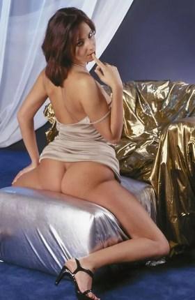 Nadia beurette cochonne ecarte ses cuisses pour montrer son beau cul pret a etre enculé