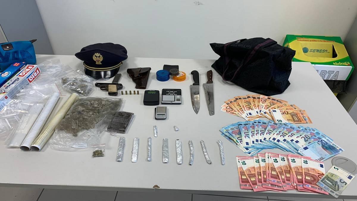 LITORALE DOMITIO, SPACCIO DI DROGA | Arrestato 27enne napoletano, gli agenti irrompono nell'abitazione