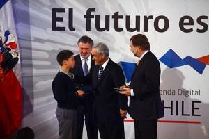 El Presidente de Chile, Sebastián Piñera, acompañasdo por el ministro de Transportes y Telecomunicaciones, Pedro Pablo Errázuriz, y el subsecretario de Telecomunicaciones, Jorge Atton