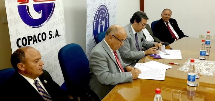 El decano de la FA, Abel Bernal Castillo, y el presidente de Copaco, Rogelio Benítez, firmando el acuerdo. Imagen: Copaco.