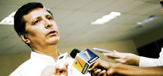 El Ministro Jaime Guerrero durante una visita a Correos del Ecuador en Guayaquil, en febrero de 2014. Imagen: Mintel.