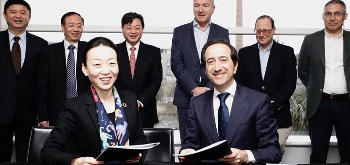 Meng Shusen, Directora General de Negocios Globales de China Unicom y Vicente Muñoz, director Global de IoT de Telefónica. Imagen: Telefónica