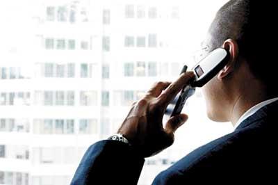 homem-falando-no-telefone-celular