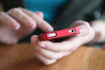"""Pesquisa do Idec aponta que as operadoras de celulares pré-pagos descumprem regulação do setor e ainda cobram o minuto mais caro do que os planos pós            Esse levantamento faz parte da mobilização do Idec, em conjunto com a Consumers International, que este ano tem como mote de campanha para o Dia Mundial do Consumidor os direitos dos consumidores na telefonia: """"Telefônicas: desbloqueiem nossos direitos""""            O número de linhas da telefonia móvel tem aumentado vertiginosamente desde que o celular chegou ao território brasileiro. Em janeiro deste ano, já eram 272.353.241, de acordo com dados da consultoria Teleco. Destas, 212.293.343 (77,95%) são pré-pagas. Considerando a popularidade dessa modalidade e que o tema escolhido pela Consumers International (CI) para o próximo Dia Mundial do Consumidor - comemorado em 15 de março - é """"Telefônica: Desbloqueiem nossos direitos"""", o Idec fez uma pesquisa para avaliar o serviço prestado aos usuários de chips pré-pagos das quatro maiores operadoras do país: Claro, OI, TIM e Vivo.  Resultados da pesquisa (Confira matéria completa no site do Idec www.idec.org.br): Operadoras não cumprem o direito à informação dos consumidores Operadoras informam prazos de validade e preços diferentes no SAC e site  As ligações pré-pagas são mais caras Nem sempre as empresas informam o saldo disponível para ligações Relatório de chamadas não chega no prazo estipulado por lei Somente duas operadoras permitem a portabilidade de crédito e nenhuma devolve o valor em caso de cancelamento   Como foi feita a pesquisa A pesquisa, realizada entre janeiro e fevereiro, com recursos do projeto da Fundação Ford, teve como objetivo avaliar o serviço prestado pelas quatro maiores operadoras que atuam no país – Claro, OI, TIM e Vivo – aos usuários de celulares pré-pagos.   Os chips foram comprados em postos alternativos (banca de jornal e loja C&A) para avaliar se os funcionários desses estabelecimentos fornecem ao consumidor informações sobre o prod"""