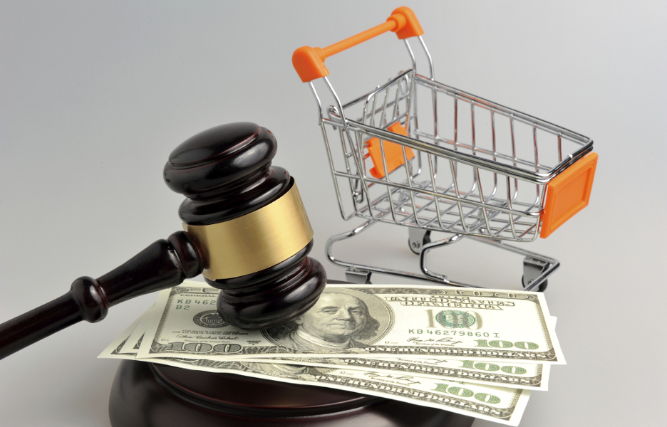 Hammer of judge, pushcart and money on gray background - julgamento consumo martelo justica leilao loja virtual e-commerce carrinho de mercado