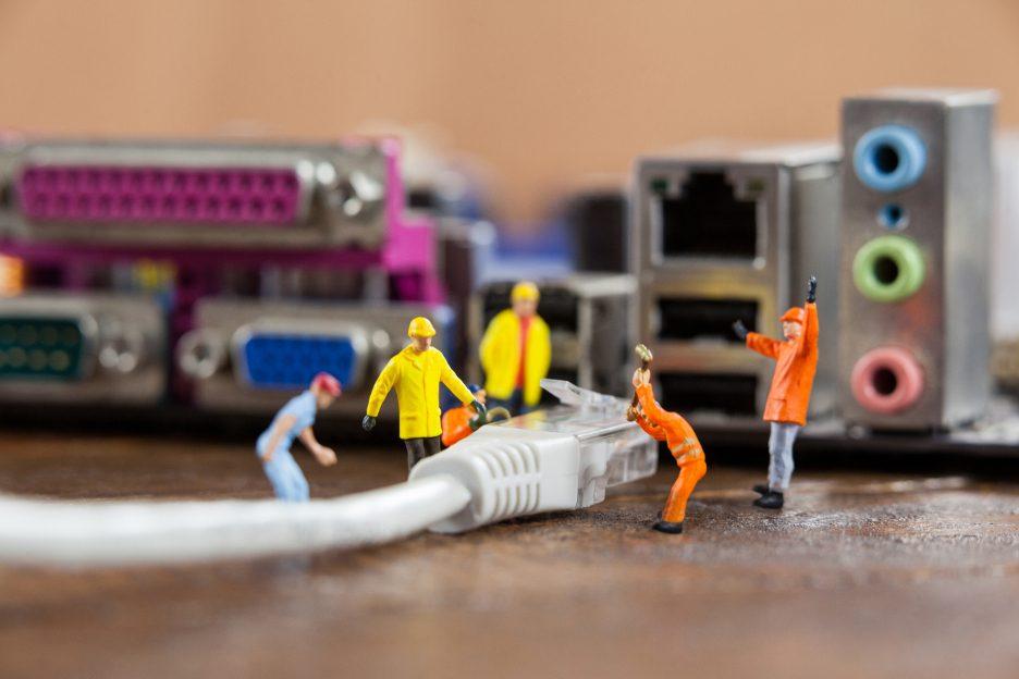 Telesintese-placa-mae-cabo-de-rede-operarios