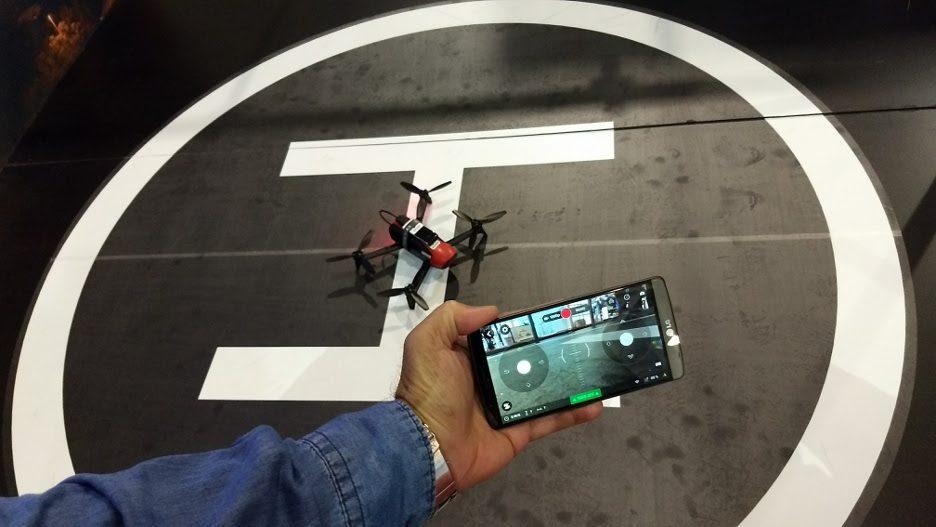 Este drone foi demonstrado pela Ericsson. O aparelho é pilotado pela internet, a partir de uma conexão móvel LTE-A (4,5G). O objetivo da demonstração não era mostrar a utilidade dos drones, mas como o tempo de resposta (latência) das novas conexões será baixo na 5G. Tão baixo que será possível pilotar veículos remotamente.