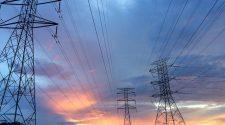 Horizonte com torres de energia e cabos de dados