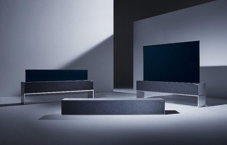 O televisor que se esconde da LG em três momentos: com a tela toda exposta, parcialmente exposta, e toda escondida na sua base.